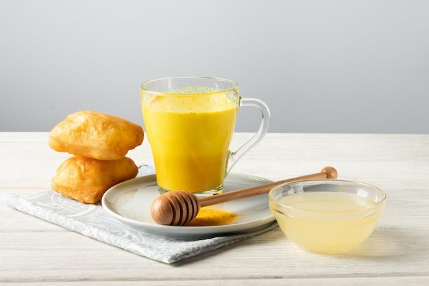 Goldene milch mit kurkuma und honig, ein traditionelles indisches getränk