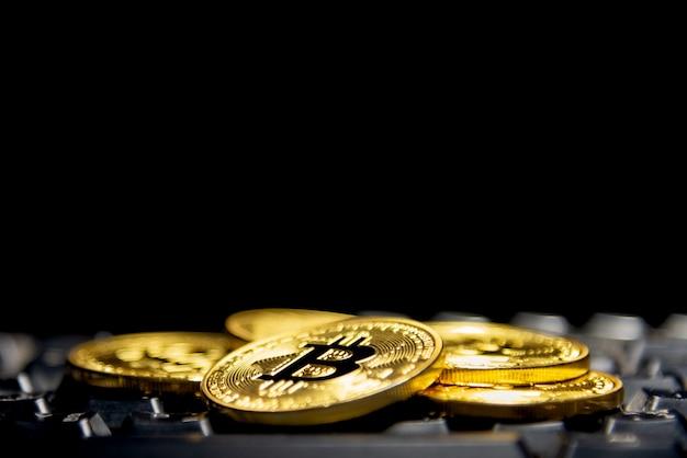 Goldene münze auf der tastatur.