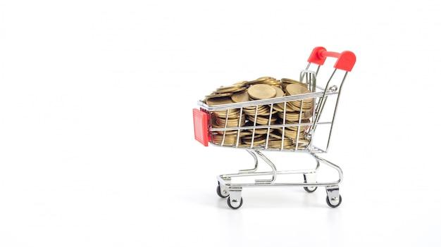 Goldene münze in einem einkaufswagen auf weiß