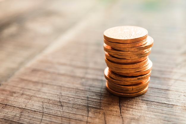 Goldene münzen auf holzbrett