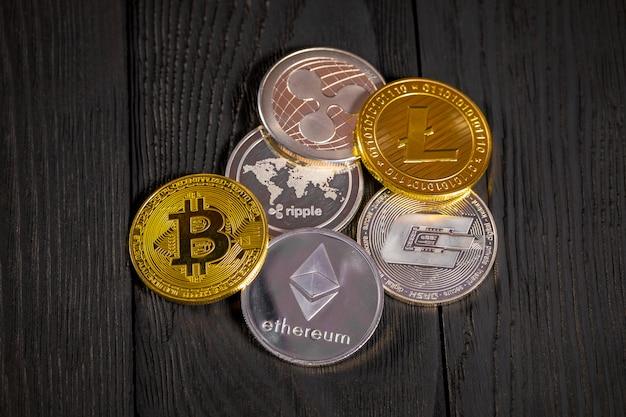 Goldene münzen mit bitcoin, auf holz.
