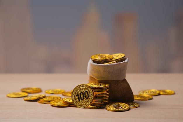 Goldene münzen stapeln hintergrund mit kopienraum