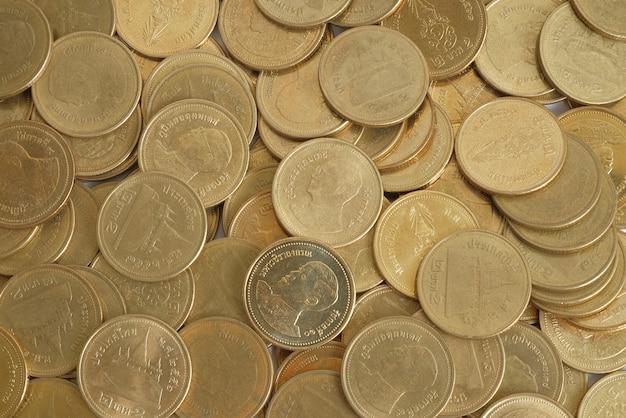 Goldene münzen zwei baht in der draufsicht