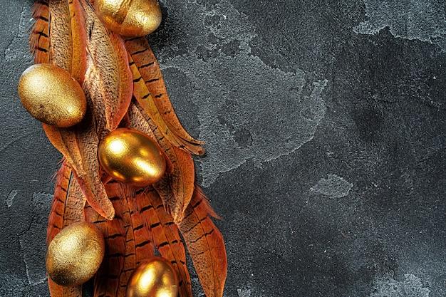 Goldene ostereier auf roten vogelfedern schließen
