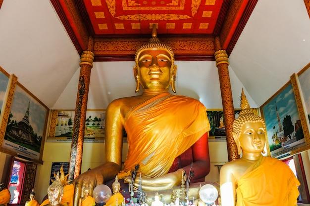 Goldene pagode bei wat phra that haripunchai woramahawihan, lamphun, thailand