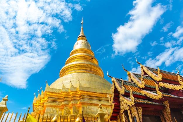 Goldene pagode in der nordart des thailändischen tempels bei wat phra that hariphunchai lamphun thailand