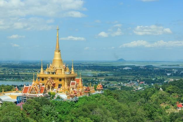 Goldene pagode phachulamanee bei wat khiri wong temple in der provinz nakhon sawan, thailand