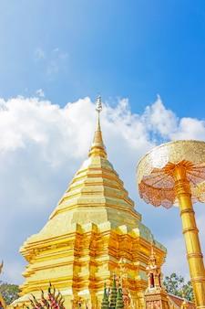 Goldene pagode und regenschirm in wat phra that doi suthep