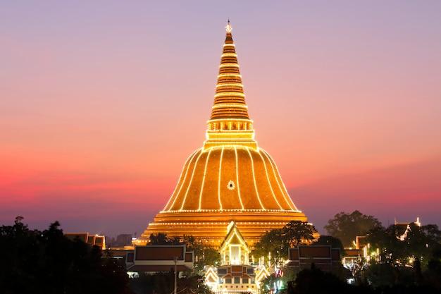Goldene pagode wat phra pathom chedi am sonnenuntergangmarkstein von nakhonpathom-provinz
