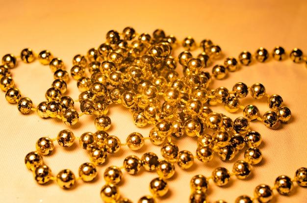 Goldene perlen zur dekoration