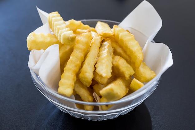 Goldene pommes-frites, die bereit sind, gegessen zu werden