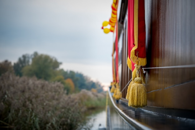 Goldene quasten hängen über einem boot in elburg, niederlande
