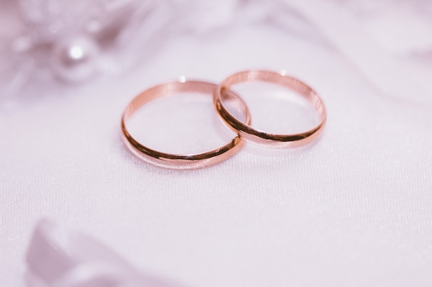 Goldene ringe der jungvermählten