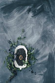 Goldene ringe in der sonne glühen auf dem tisch hochzeitsdetails mit dunklem schwarzen kaviar