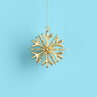 Goldene schneeflocke verziert weihnachtskugel auf blau