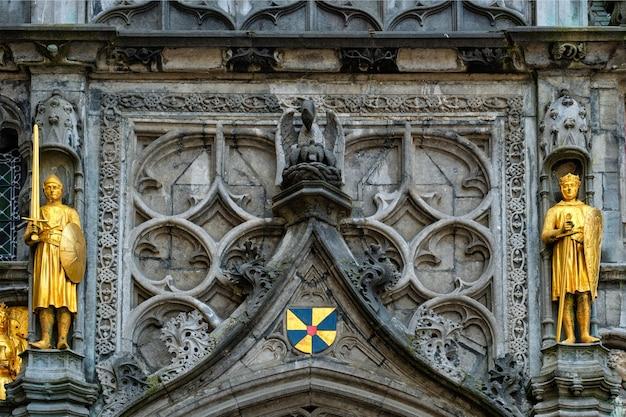 Goldene statuen an der fassade der basilika des heiligen blutes in brügge belgien