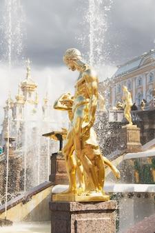 Goldene statuen der grand cascade in peterhof sankt petersburg russland