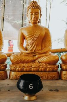 Goldene statuen von buddah in der phra phutta ming mongkol akenakiri in thailand in phuket. big buddah museum konzept.