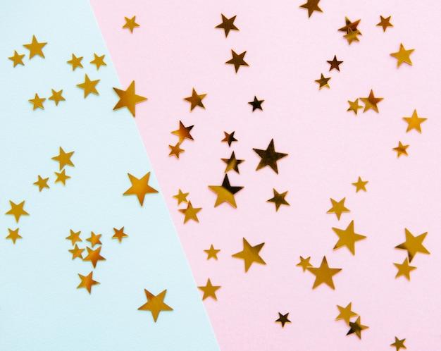 Goldene sterne auf rosa hintergrund