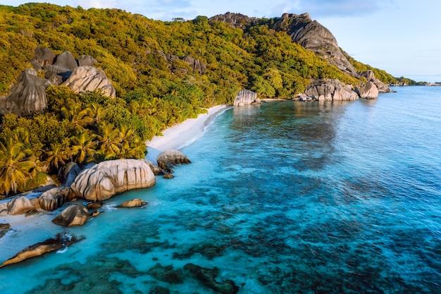Goldene stunde am exotischen strand anse source d argent auf den seychellen.