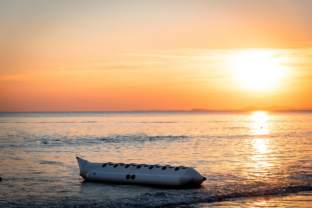 Goldene stunden, wunderschöner sonnenuntergang über dem meer