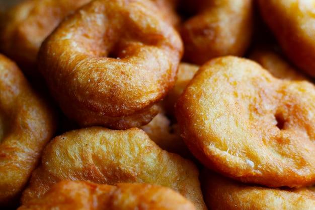 Goldene süße donuts in sonnenblumenöl gebraten