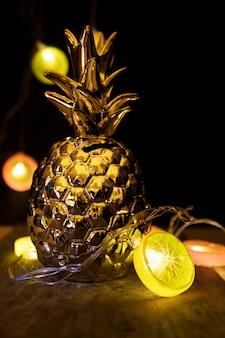 Goldene tannenzapfen und glänzende lichter