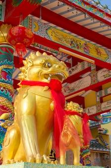 Goldene twin-kirin-skulptur