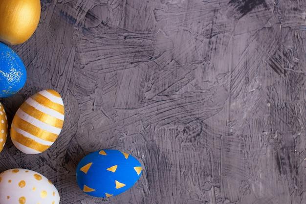 Goldene und blaue ostereier mit wachteleiern