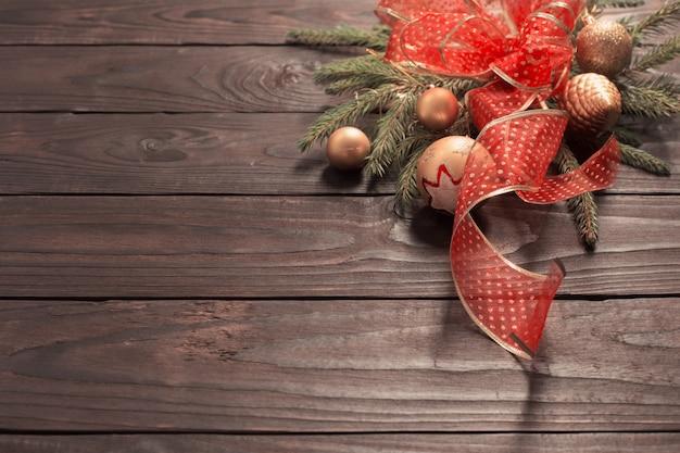 Goldene und rote weihnachtsdekoration auf dunklem holz