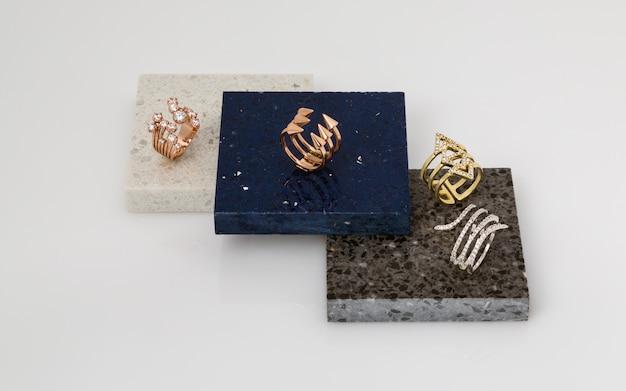 Goldene und silberne ringe auf steinstücken