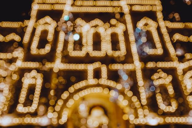 Goldene verschwommene weihnachts- und neujahrs-bokeh-lichter der abendstadt