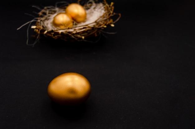 Goldene verzierte eier ostern auf dunklem hintergrund.