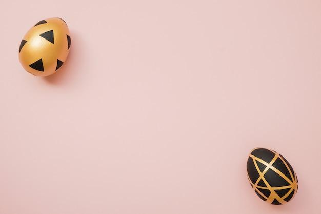 Goldene verzierte eier ostern auf rosa pastellhintergrund. minimale ostern