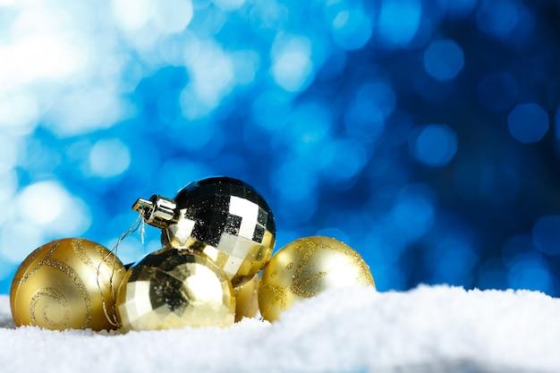 Goldene weihnachtsdekoration bündel der verzierten kugel