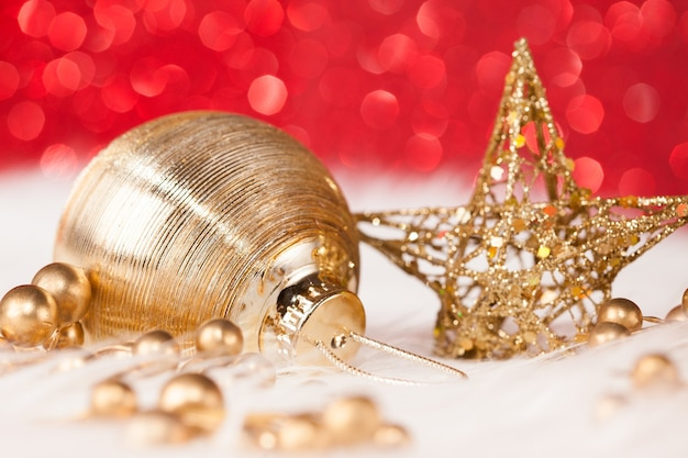 Goldene weihnachtsdekoration mit funkelnder roter wand
