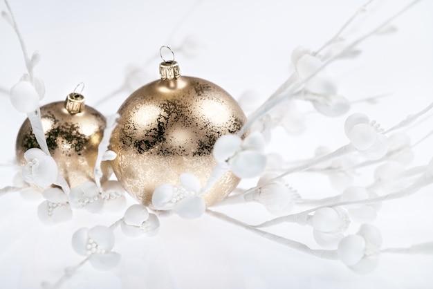 Goldene weihnachtsdekorationen auf weiß