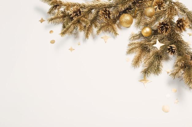 Goldene weihnachtsdekorationen auf weißem hintergrund