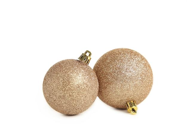 Goldene weihnachtskugeln isoliert auf weißem hintergrund. ansicht von oben.