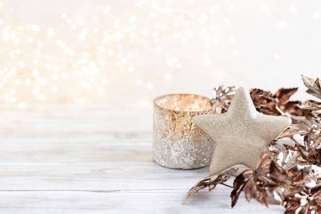 Goldene weihnachtskugeln mit bokeh.