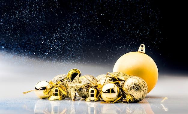 Goldene weihnachtskugeln und -glocken