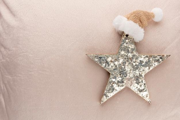 Goldene weihnachtssterne mit wollhintergrund.