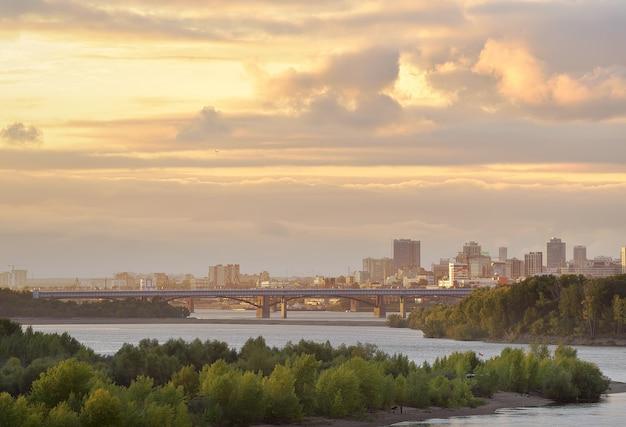 Goldene wolken über dem nowosibirsk