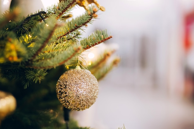 Goldener ball auf weihnachtsbaum