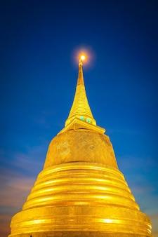 Goldener berg oder goldpagode in der mitte der alten stadt von bangkok, thailand.