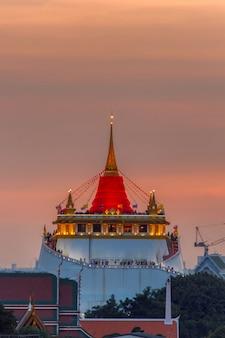 Goldener berg-tempel angemessen, goldener berg-tempel mit rotem stoff in bangkok an der dämmerung