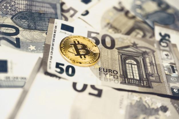 Goldener bitcoin euro hintergrund. bitcoin-kryptowährung.