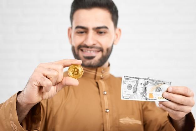 Goldener bitcoin im vergleich zu seinem wert von einhundert dollar