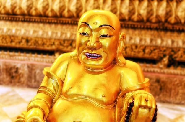 Goldener buddha in einem tempel