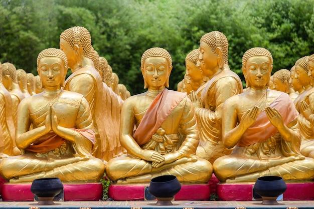 Goldener buddha mit 1250 jünger-statue im buddhistischen gedenkpark makha bucha wird anlässlich der großen periode, nakhon nayok, thailand gebaut?